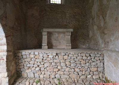 L'altare nel Battistero paleocristiano di San Giovanni in Fonte, Padula