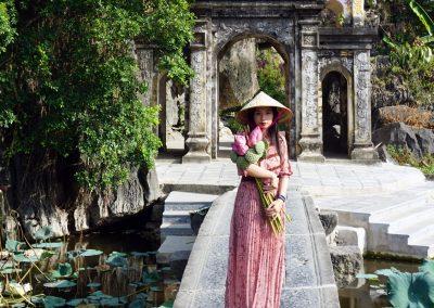Bich-Dong-Pagoda---Ninh-Binh---La-donna-con-i-fiori
