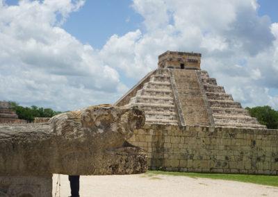 Chichen-Itza-Serpente-e-Piramide-dalla-zona-del-Gran-Juego-de-Pelota - Diario di viaggio in Messico