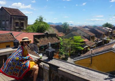 Ragazzza-vietnamita-sulla-terrazza-panoramica-di-Hoi-An-dal-Faifo-Coffee