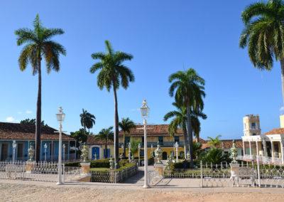 Plaza Mayor, con il Museo de Arquitectura Colonial, la Galería de Arte Universal Benito Ortiz ed il Museo de Historia Municipal sullo sfondo da destra, Trinidad - Diario di viaggio a Cuba
