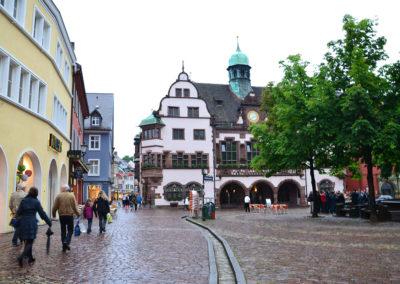 RathausPlatz con Altes Rathaus sullo sfondo e con Bachle sull'acciottolato, Friburgo in Brisgovia -Diario di viaggio in Alsazia