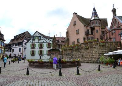 Place Saint Lèon con Chateau des Comtes e la Chapelle St-Lèon, Eguisheim - Diario di viaggio in Alsazia
