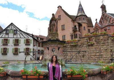 Place Saint Lèon con Chateau des Comtes e la Chapelle St Lèon, Eguisheim - Diario di viaggio in Alsazia