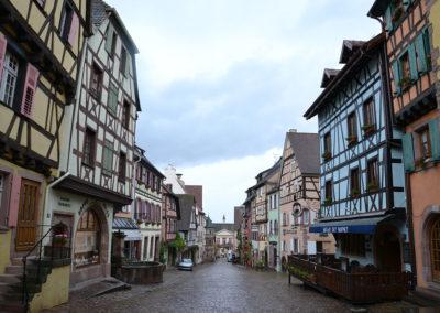 Rue du General de Gaulle con l'Hotel de Ville sullo sfondo - Porta Bassa, -Riquewirh - Diario di viaggio in Alsazia