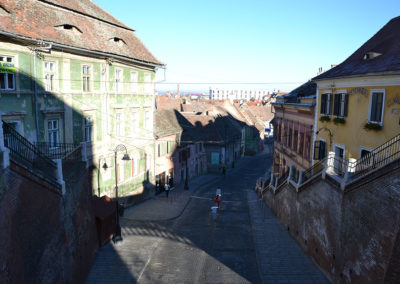Strada Ocnei, dal Ponte delle Bugie con l'edificio storico in verde Fostul han Zur Ungarische Krone in evidenza, Sibiu - Diario di viaggio in Transilvania - Romania