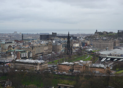 Princes Street da Edinburgh Castle -da destra West and Est Princes-Gardens,-The Royal Scottish Academy, Scottish National Gallery,-Scott Monument,-The-Balmoral -Calton Hill